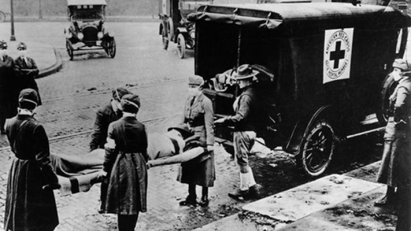 1918 : la Croix Rouge évacue des victimes de la grippe espagnole